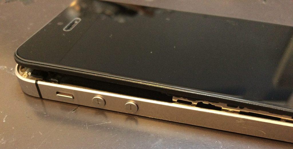 iPhoneSE バッテリー交換事例  バッテリー 膨張 交換
